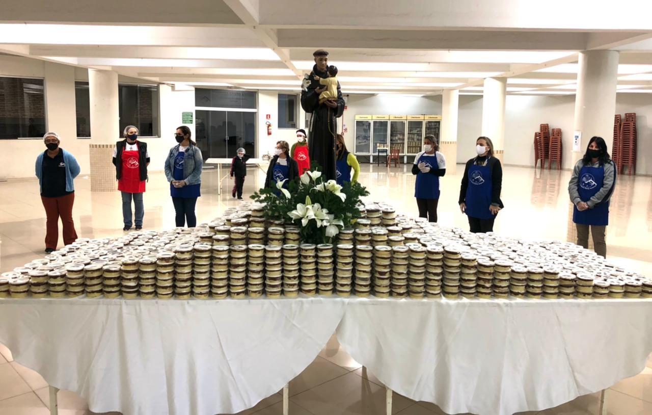Pelo segundo ano consecutivo, bolo de 'santo casamenteiro' é vendido em pote e por drive-thru em Campo Grande