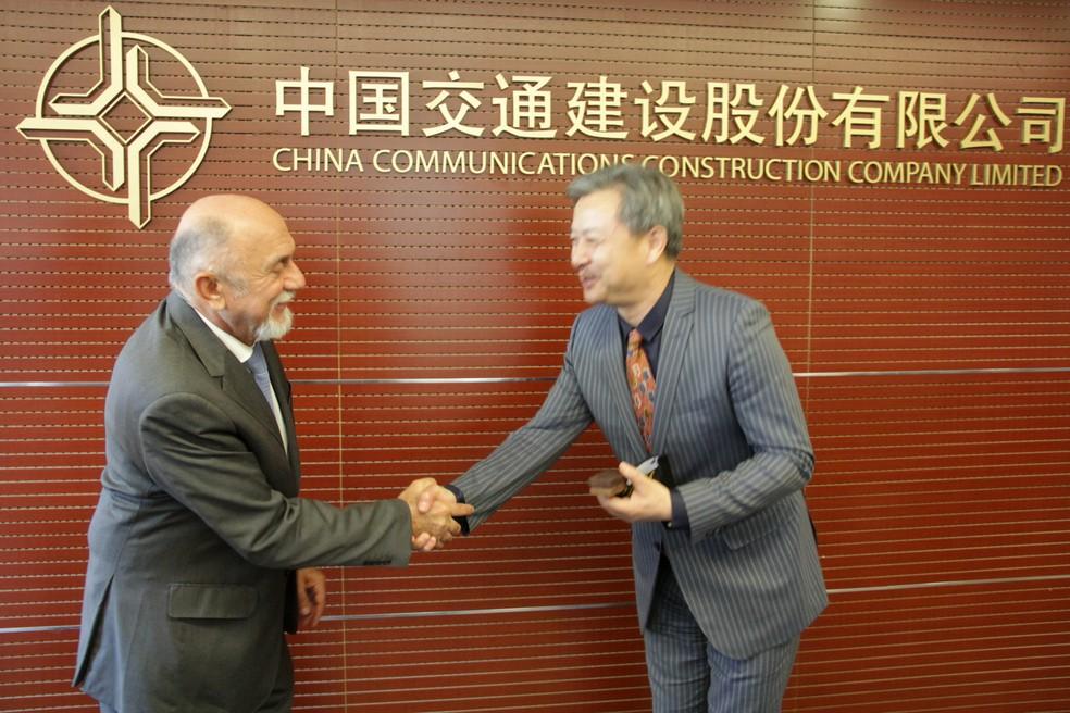 O governador do Pará, Simão Jatene, cumprimenta o presidente da CCCC para a América do Sul, Chang Yunbo, em Pequim (Foto: Divulgação)