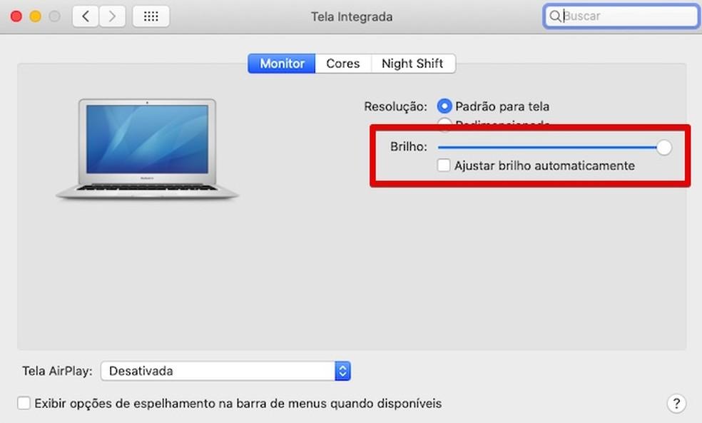 Ajustando o brilho da tela do MacBook — Foto: Reprodução/Helito Beggiora