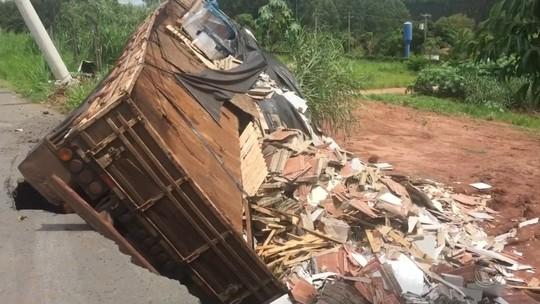 Caminhão é 'engolido' por buraco aberto em alça de acesso da rodovia de Santa Maria da Serra