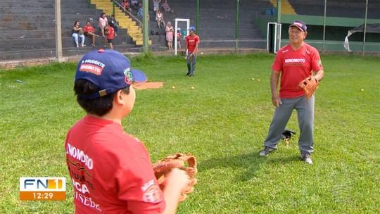 Mestres do Esporte: Técnico soma quase 60 anos no beisebol e descarta descanso dos campos