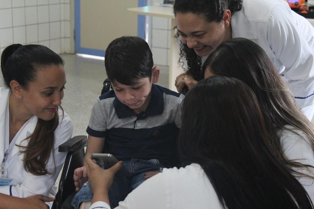 João Victor com fisioterapeutas durante entrega da prótese, em Porto Velho.  — Foto: Pedro Bentes/G1