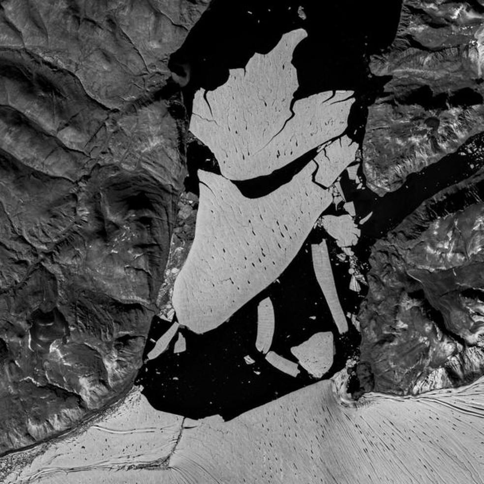 Gelo está derretendo por cima e por baixo pela água líquida resultante de outros derretimentos — Foto: Copernicus Data/ESA/Sentinel-2B via BBC
