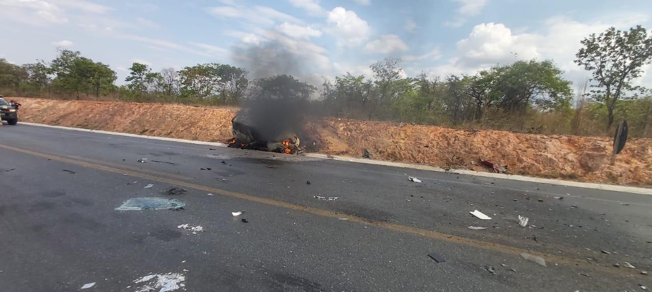 Carro pega fogo e fica destruído após batida com carreta na BR-251, em Montes Claros