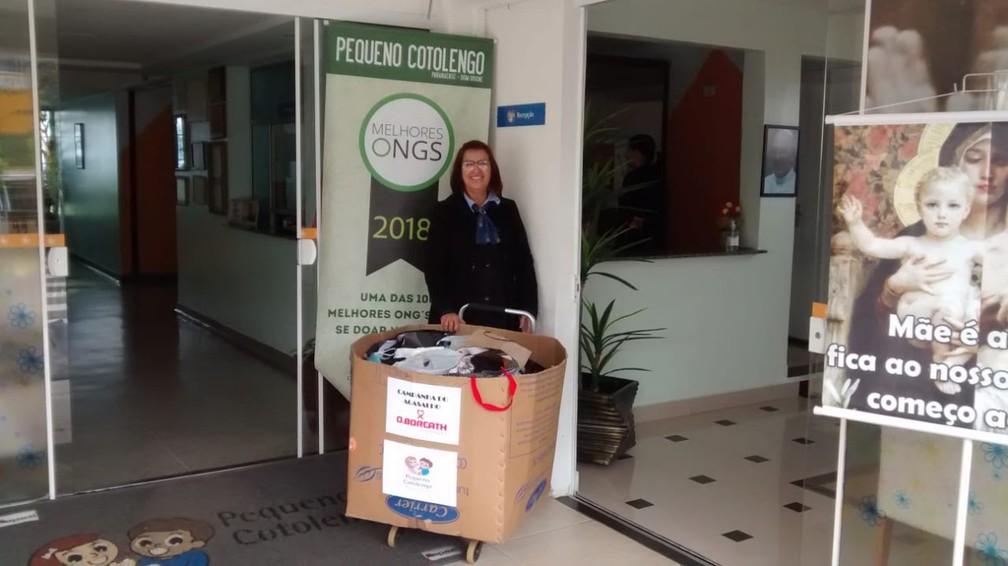 Inspirados na campanha do agasalho da cidade, a empresa D. Borcath colocou uma caixa na entrada do prédio para arrecadar doações para a instituição Pequeno Cotolengo — Foto: Divulgação/D. Borcath Incorporadora