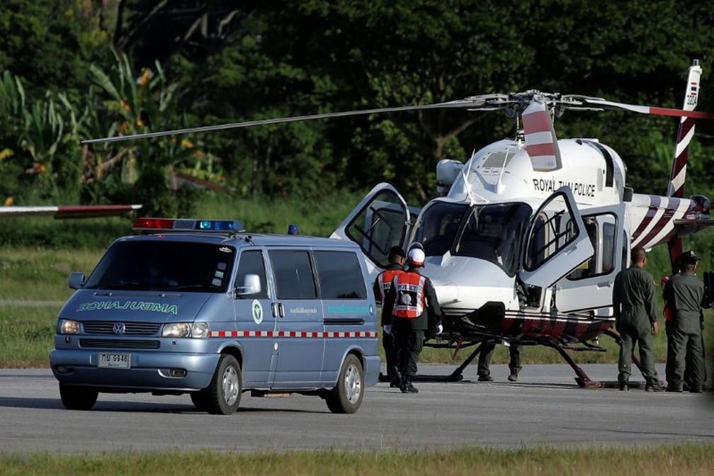 Ambulância carregando meninos resgatados de caverna na Tailândia em aeroporto militar em Chiang Rai (Foto: REUTERS/Athit Perawongmetha)