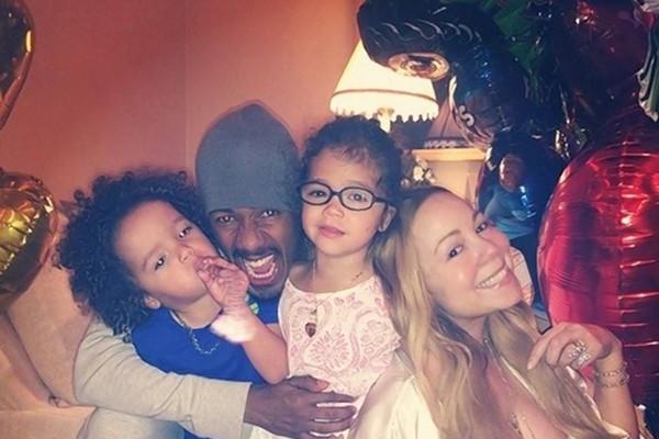 Os gêmeos Monroe e Moroccan e seus pais Nick Cannon e Mariah Carey (Foto: Instagram)