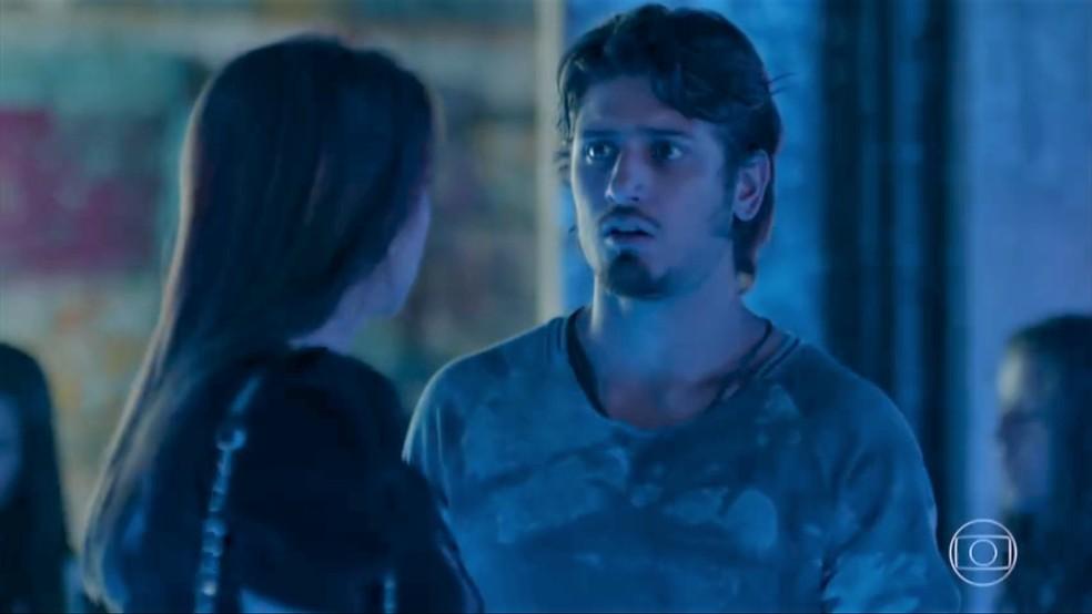 Rafael (Daniel Rocha) fica sem reação com pedido de Lili (Vivianne Pasmanter) — Foto: TV Globo