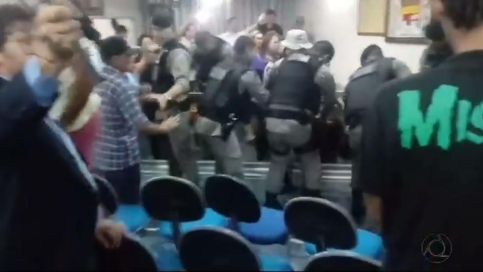 PM foi chamada para conter protesto dentro da Câmara de Vereadores de Esperança, PB (Foto: Reprodução/TV Cabo Branco)