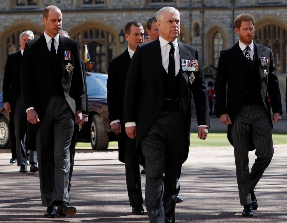 Príncipes William e Harry acompanham cortejo em funeral do avô príncipe Philip em 17 de abril de 2021 — Foto: Alastair Grant/Pool/Reuters
