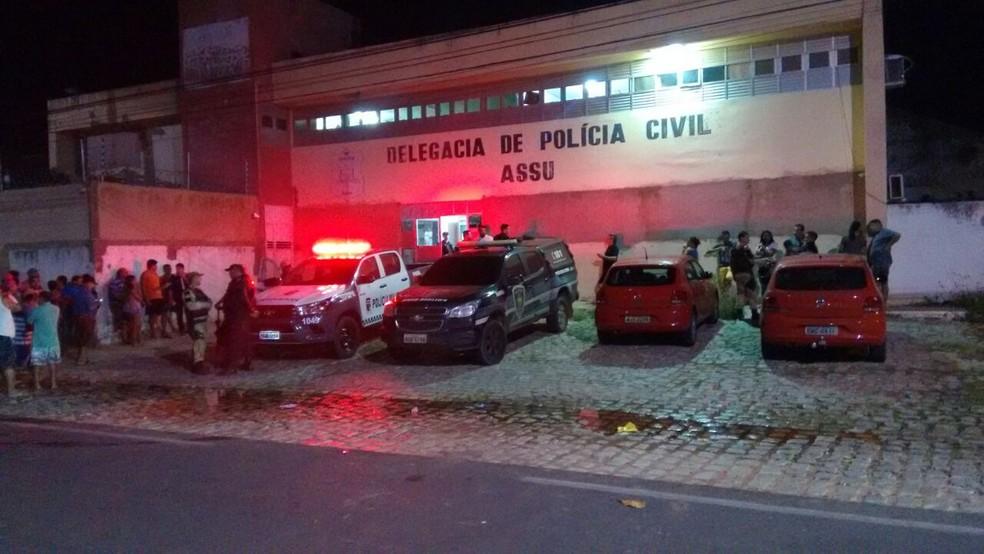 Operação das polícias Civil e Militar terminou com 75 detidos em Assu (Foto: Francisco Coelho)