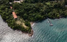Casa de praia em São Sebastião revela vista panorâmica para o mar