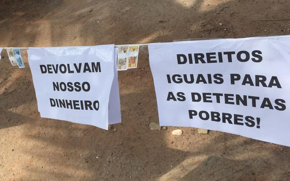 Devolvam nosso dinheiro, diz um dos cartazes na esquina do prédio onde morava Sérgio Cabral e Adriana Ancelmo (Foto: Fernanda Rouvenat / G1)