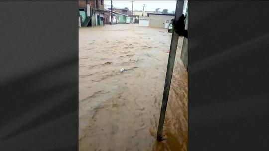 Temporal alaga ruas, invade casas e  afeta mais de 100 famílias em São Sebastião do Passé; prefeitura declara estado de emergência