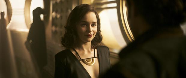 Emilia Clarke como a misteriosa Qi'ra  (Foto: Divulgação/Disney)