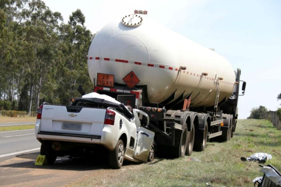 Motorista morreu no local do acidente após bater na traseira de caminhão de transporte de gás — Foto: Samantha Ciuffa/Jornal da Cidade