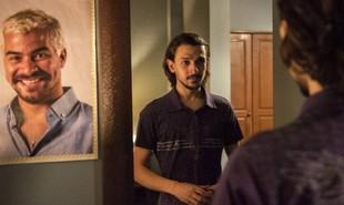 Na segunda-feira (10), Elias (Ravel Andrade) vai decidir se passar por Domênico para se aproximar de Ryan (Thiago Martins) | TV Globo
