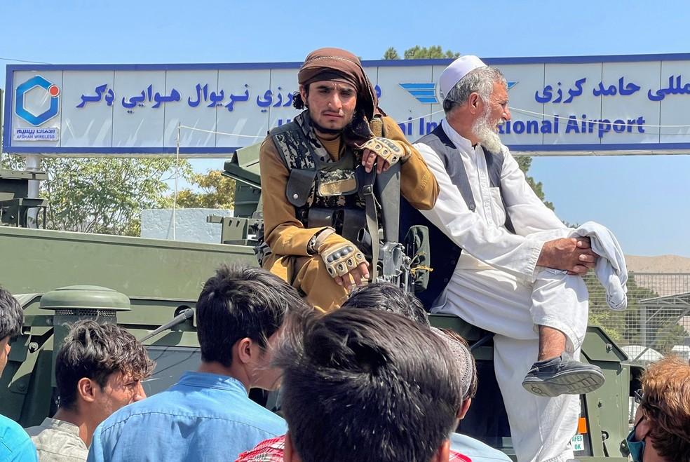 Membro do Talibã do lado de fora do aeroporto internacional Hamid Karzai , de Cabul, em 16 de agosto de 2021 — Foto: Reuters