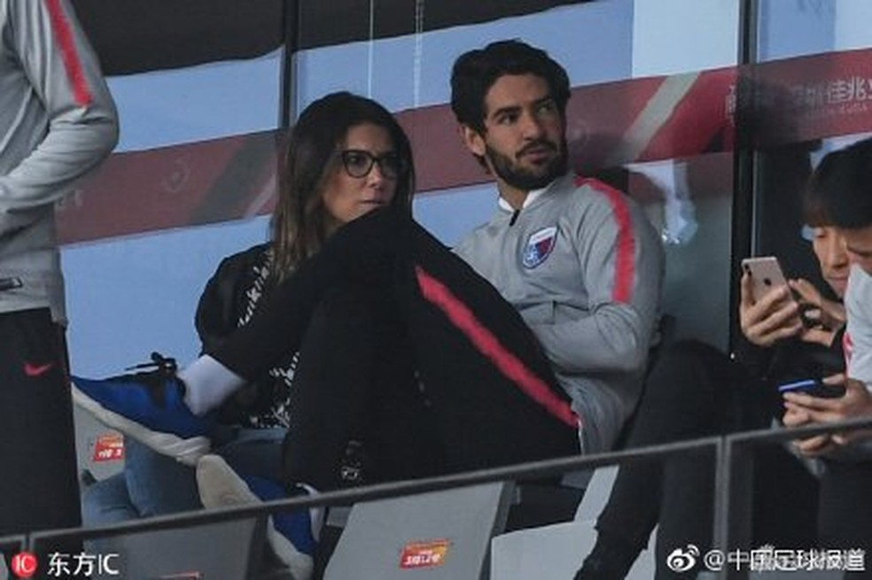 Alexandre Pato assistiu ao último jogo do Tianjin Tianhai na tribuna — Foto: Reproduçã/Weibo