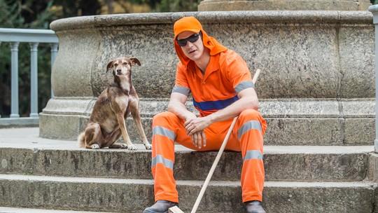 Mateus Solano usa uniforme de gari em gravação de 'Pega Pega'