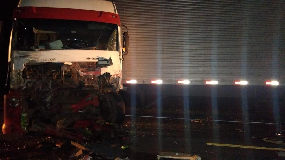 Caminhão ficou com a frente bastante danificada — Foto: Site Bahia 10