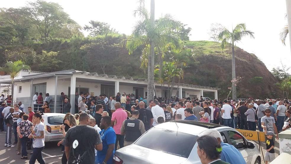Policial Civil morto durante tiroteio em estacionamento foi velado e sepultado no Cemitério Municipal em Juiz de Fora — Foto: Vagner Tolendato/G1
