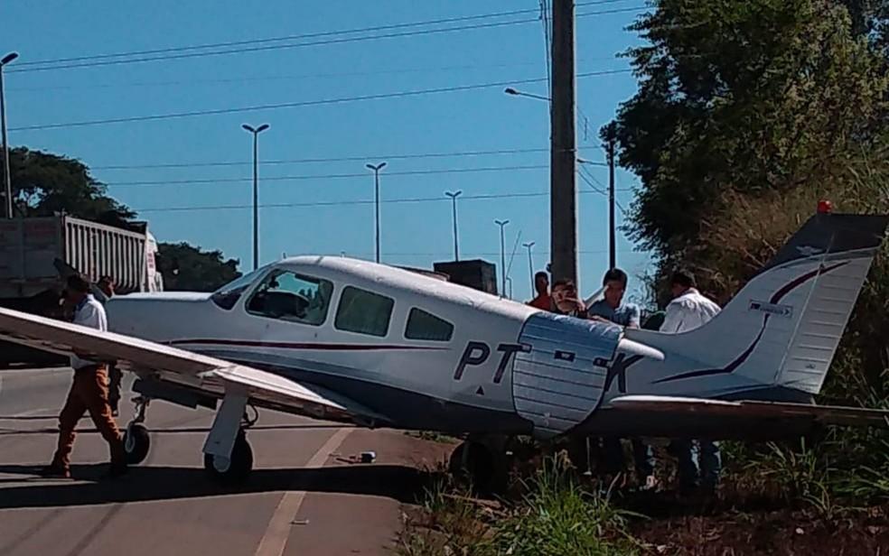 Avião monomotor faz pouso forçado na GO-070, em Inhumas, Goiás — Foto: Reprodução/Arquivo pessoal