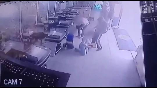 Vídeo mostra ladrão chutando vítima durante assalto a mercado em Palmeira