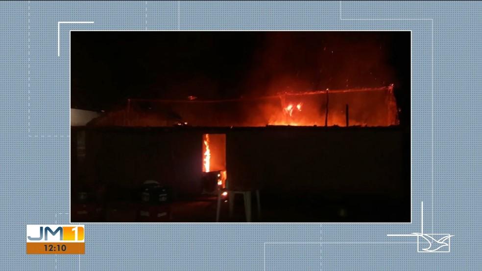 Suspeito teria ateado fogo na própria residência motivado por ciúmes da esposa. — Foto: Reprodução/TV Mirante