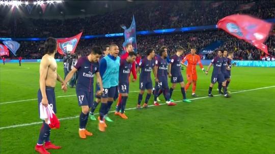 Jogadores do PSG fazem a festa no gramado do Parc des Princes