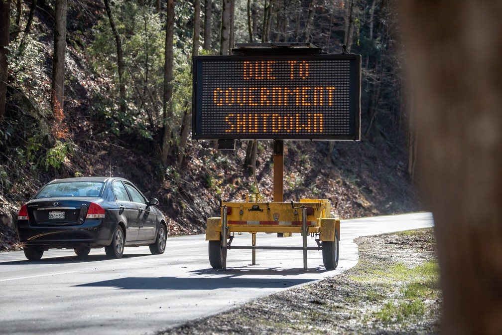 Placa em rodovia próximo ao Parque Great Smoky Mountains, no estado do Tennessee, avisa sobre atividades paralisadas por causa do 'shutdown' nos EUA — Foto: Robert Berlin/The Daily Times via AP