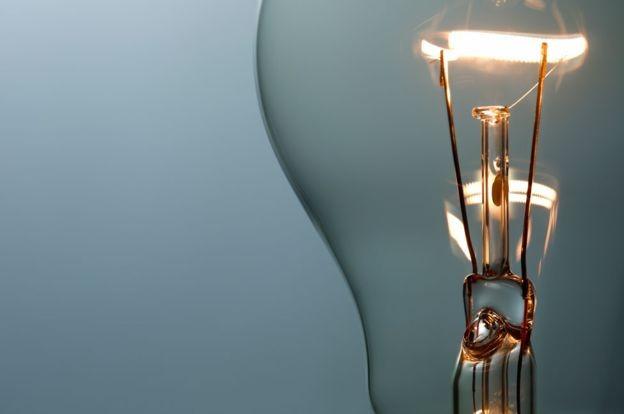Os filamentos da lâmpada que funciona desde 1901 são oito vezes mais grossos que os das lâmpadas comercializadas atualmente  (Foto: iStock via BBC)