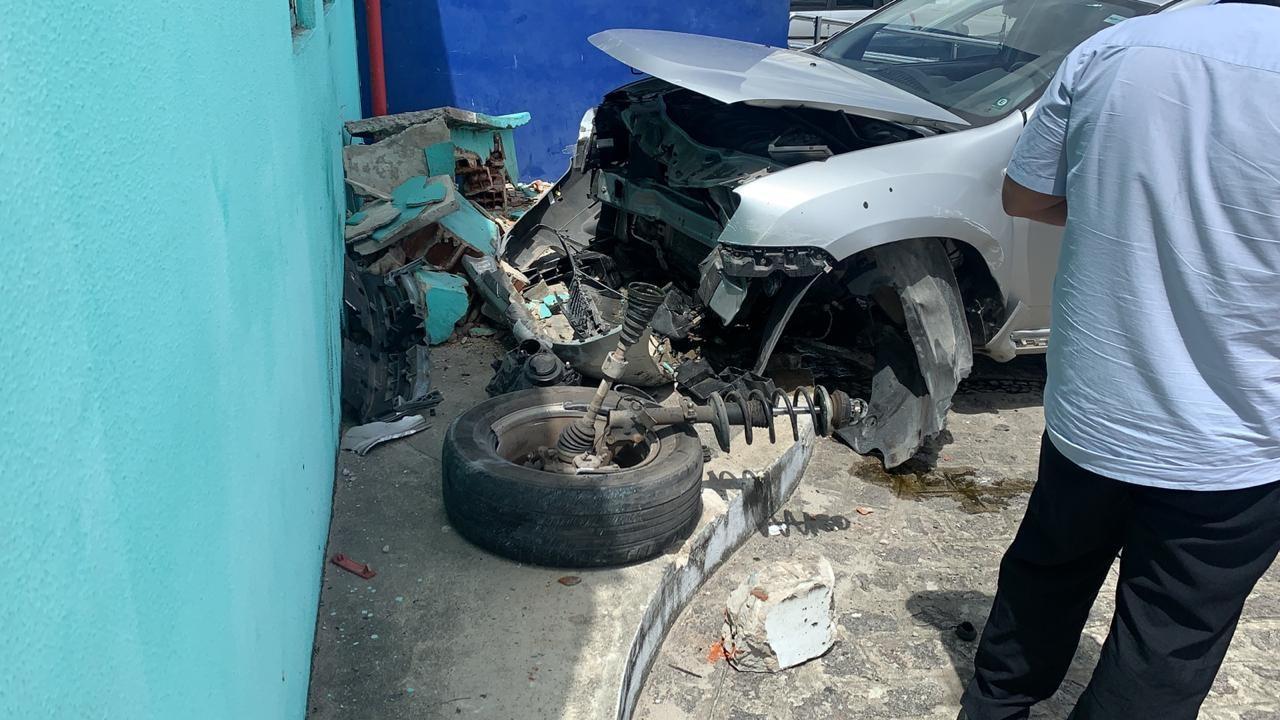Carro em bate em parede de policlínica, no bairro de Jaguaribe, em João Pessoa