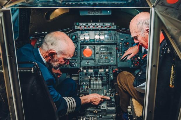 Tim e Richard batem um papo na cabine do Concorde (Foto: Divulgação)