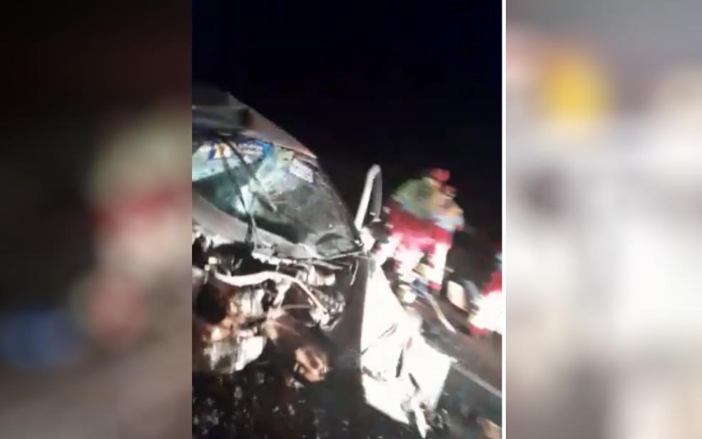 Carro ficou completamente destruído após acidente na BR-364, em Caçu — Foto: Reprodução/TV Anhanguera