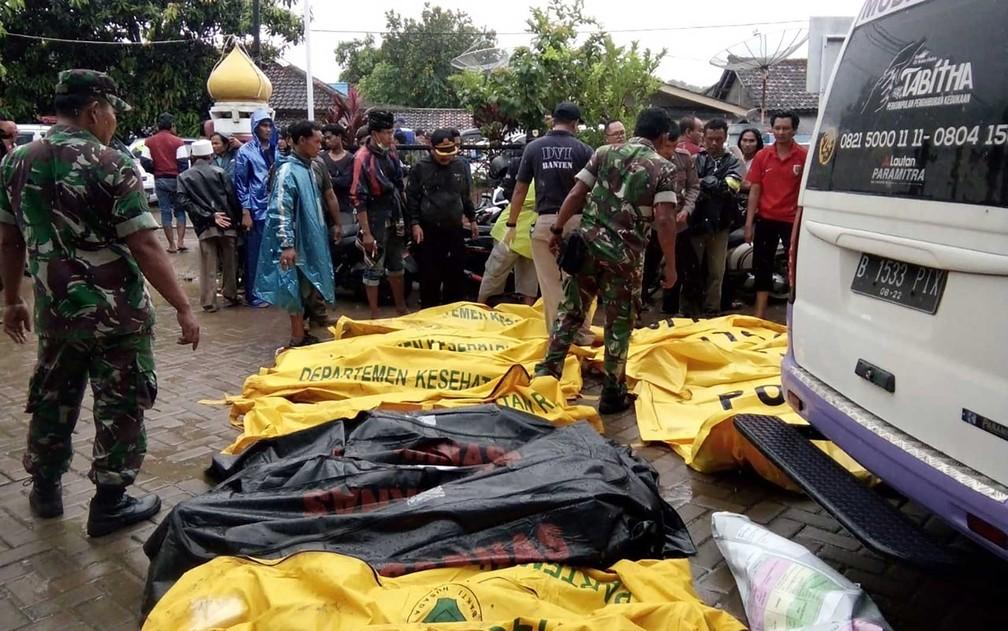Corpos de vítimas recuperados ao longo da praia de Carita na Indonésia — Foto: AFP Photo