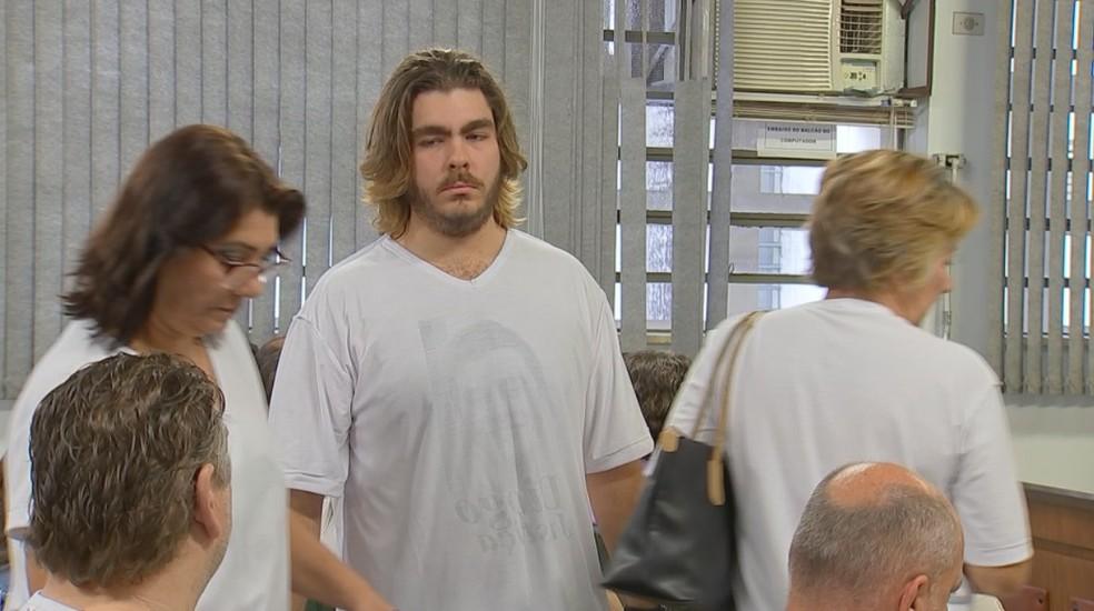 Por determinação do juiz, familiares e amigos tiveram de colocar camisa do avesso durante júri popular — Foto: Reprodução/TV TEM