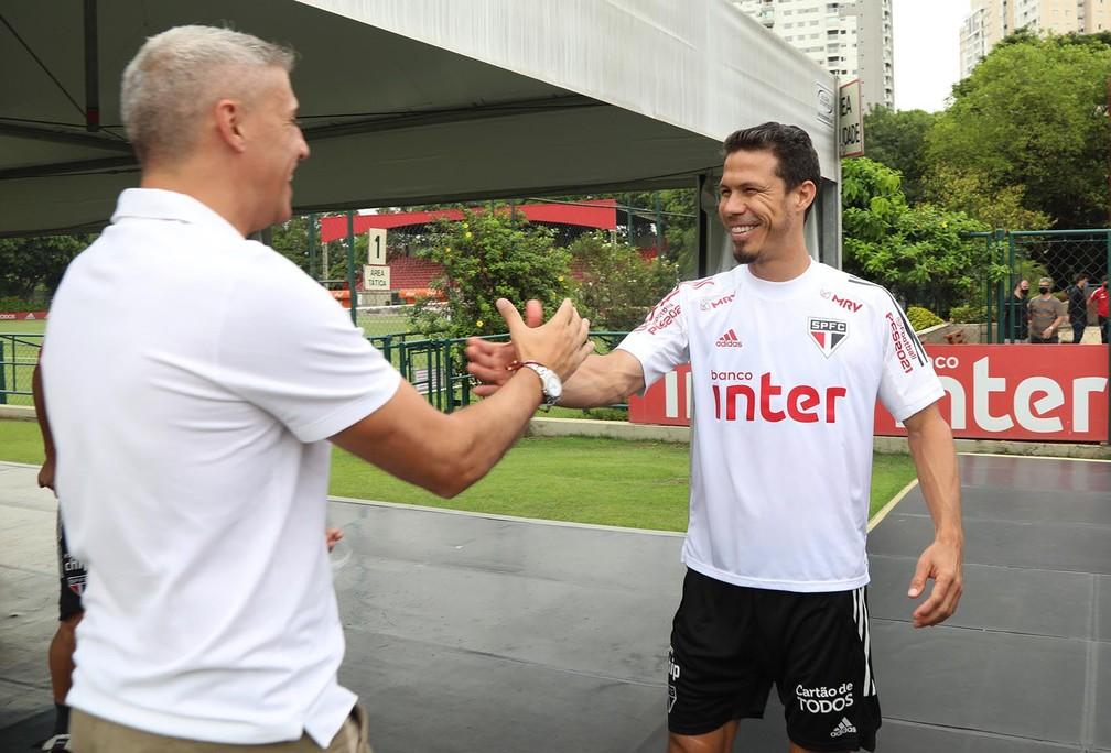 Crespo cumprimenta Hernanes no CT no São Paulo — Foto: Reprodução/Twitter
