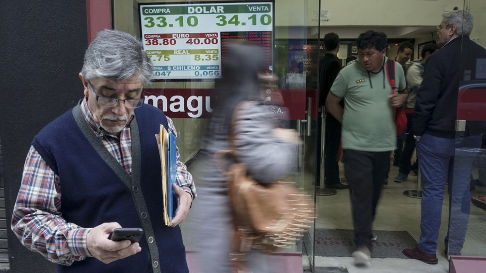 Os argentinos recorrem ao dólar quando veem que seu preço está cada vez mais alto (Foto: AFP via BBC)