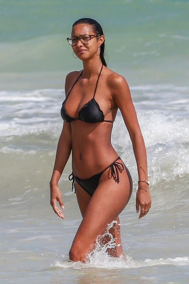 Tulum, MEXICO  - *EXCLUSIVE* - Brazilian supermodel Lais Ribeiro was seen showing off her fit figure in a black bikini while enjoying a drink and smoke break during a beautiful day on the beach in Tulum, Mexico. Lais who has been dating Memphis Grizzlies  (Foto: BACKGRID)