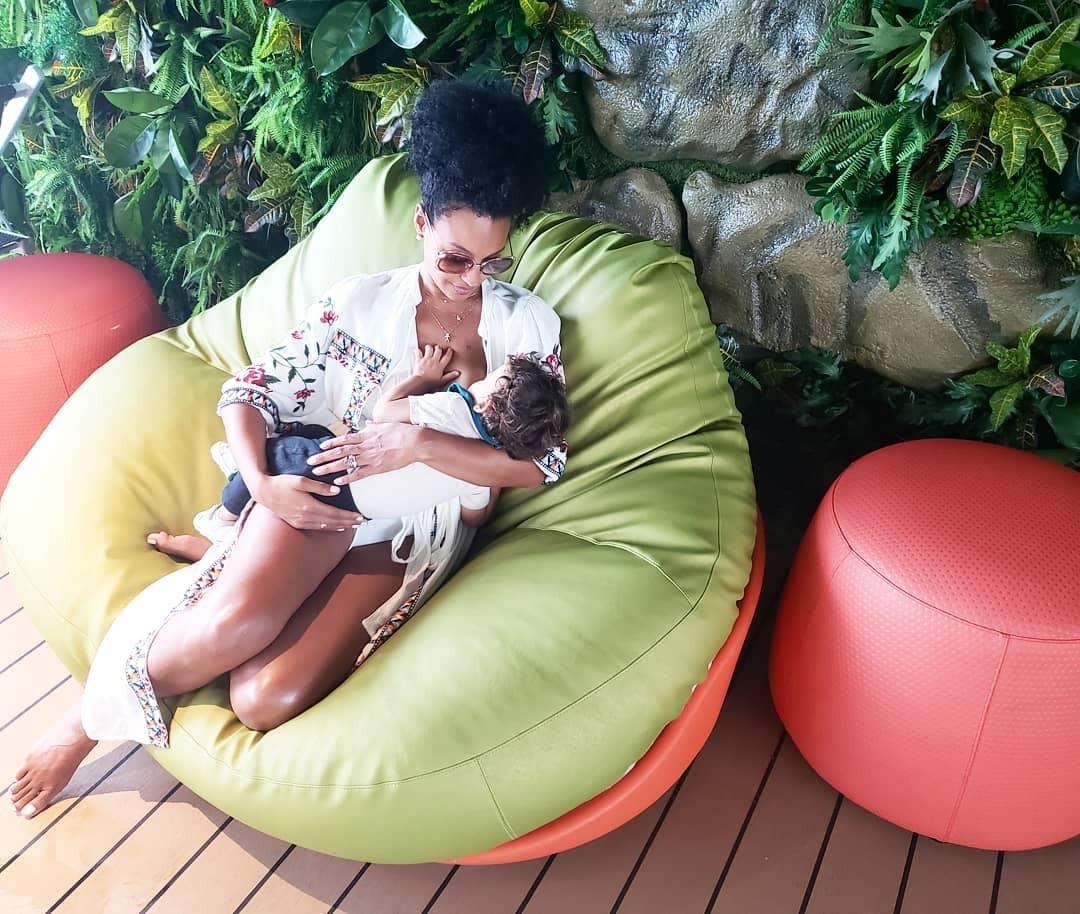 Sheron Menezzes amamenta Benji, 1 ano e 2 meses (Foto: Reprodução / Instagram)