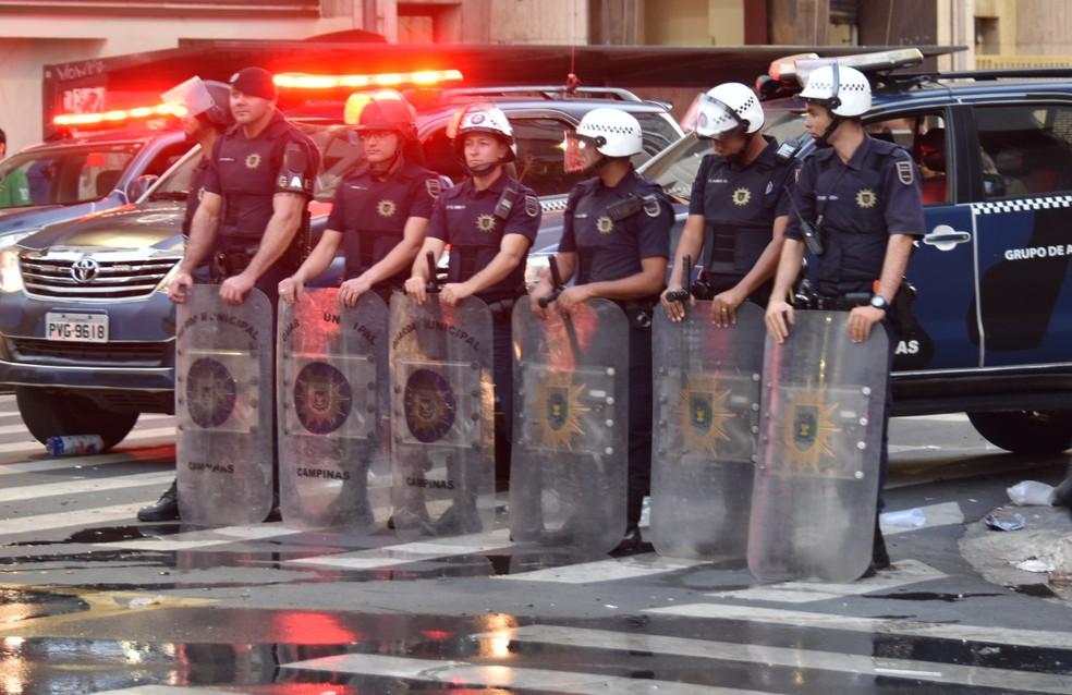 Efetivo da Guarda Municipal preparado para situação de confronto em Campinas — Foto: Luiz Felipe Longo/G1