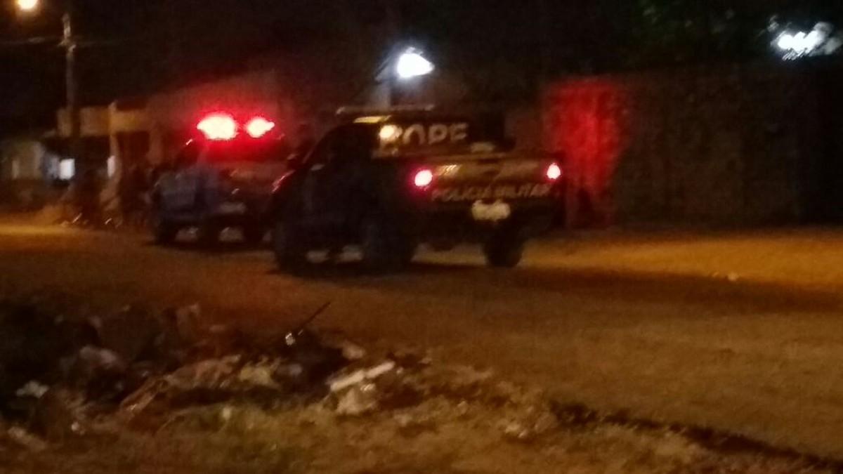 Homem é morto a tiros e mulher baleada na frente de casa em Boa Vista