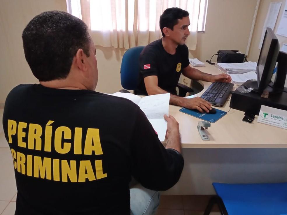 Trabalho dos peritos criminais na delegacia de Polícia Civil de Rurópolis — Foto: Polícia Civil/Divulgação