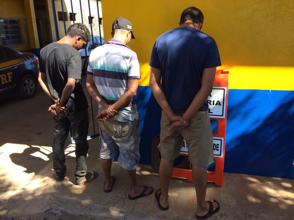 Os três homens presos negam a participação no furto (Foto: Márcio Falcão/TV Centro América)