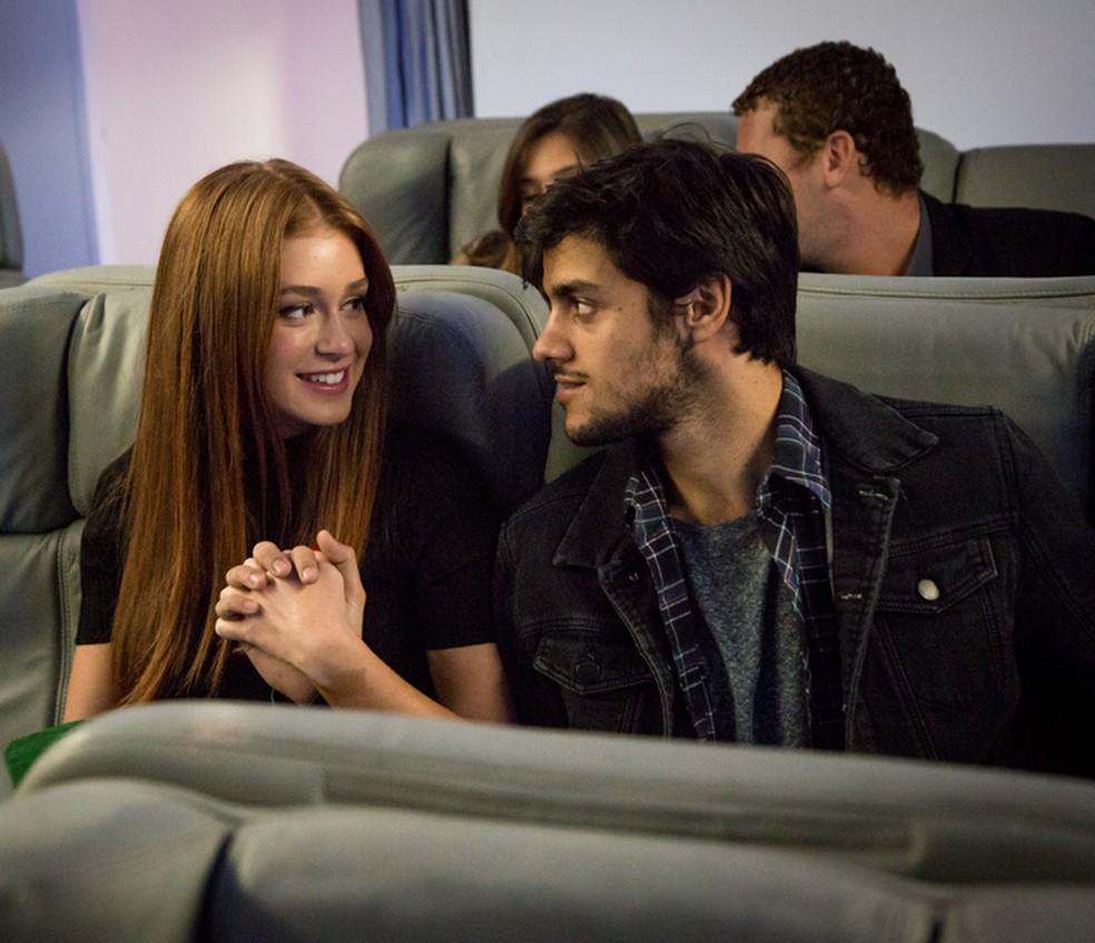 Eliza (Marina Ruy Barbosa) e Jonatas (Felipe Simas) viajam para Paris juntos — Foto: Fabiano Battaglin / Gshow