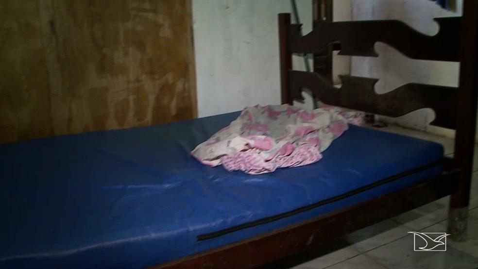 Idosa foi encontrada em estado de abandono e subnutrida em uma cama com colchão de plástico.   (Foto: Reprodução/TV Mirante)