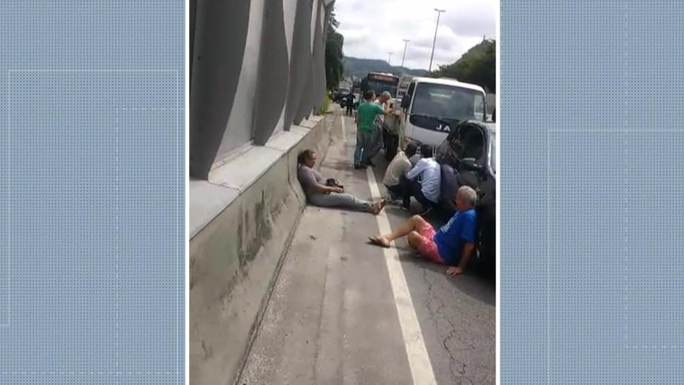Motoristas tentam se proteger de tiros na Linha Amarela na quarta-feira (Foto: Reprodução / TV Globo)