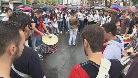 Sob protestos, novo conselho toma posse na Fuvs, em Pouso Alegre, MG
