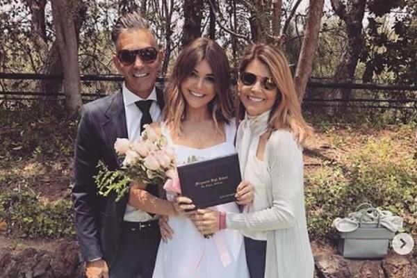 A youtuber e influenciadora digital Olivia Jade, filha da atriz Lori Loughlin, com a mãe e o pai (Foto: Instagram)